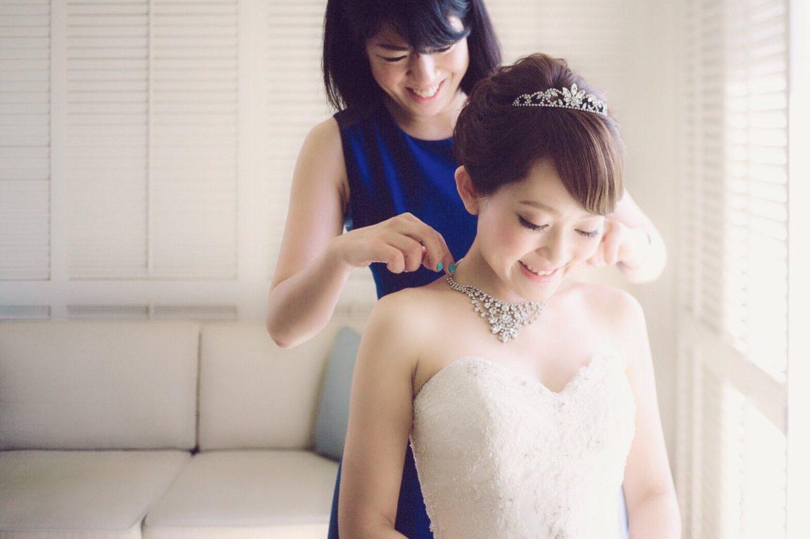 ブライダルアクセサリー マリコ 試着してもらい笑う花嫁