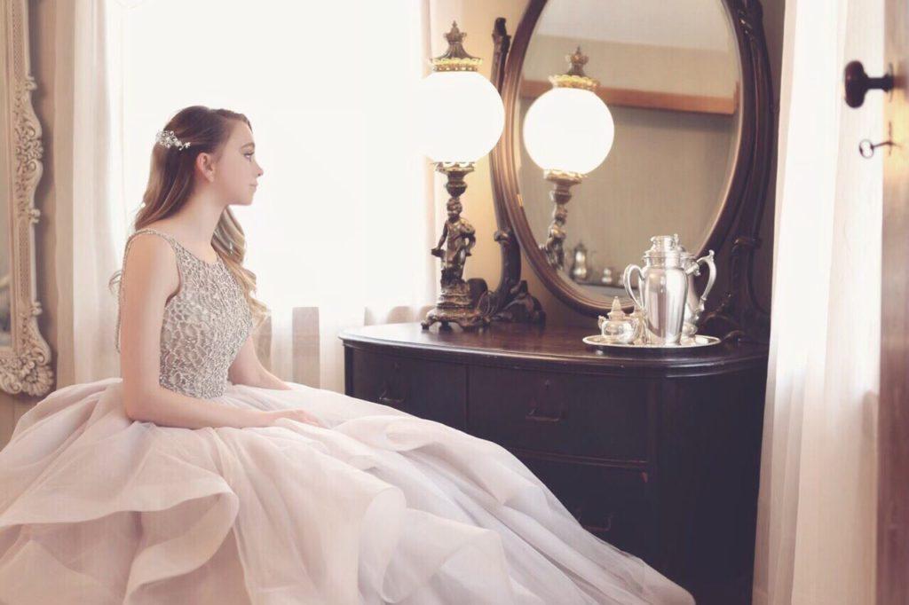 スワロフスキーを使ったブライダル ヘアアクセサリーを鏡の前で着用している花嫁