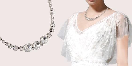 スワロフスキーを使ったブライダル ネックレス ラウンドのすっきりとしたデザインをする花嫁 No.4470