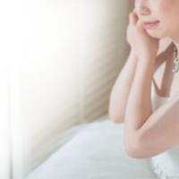 スワロフスキーを使ったブライダル イヤリングをつける花嫁