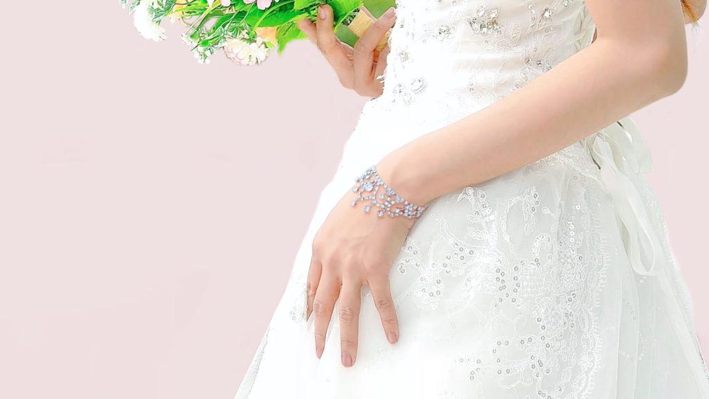 スワロフスキーを使ったブライダル ブレスレット:レースモチーフでかわいいデザイン:着用する花嫁画像1714
