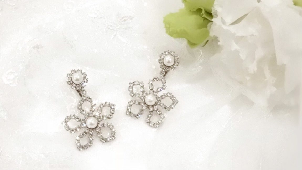 スワロフスキーを使ったブライダル イヤリング:お花のデザインでかわいいフラワーモチーフ:ポイントのパールがキュート-1334