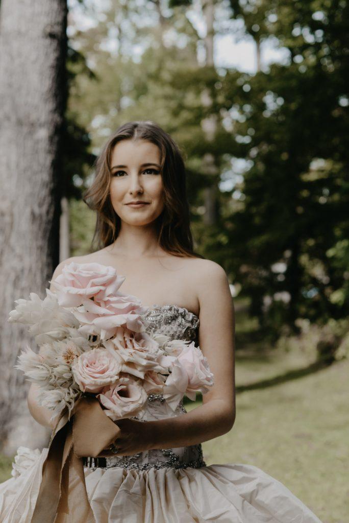 ウェディングドレスを着た花嫁 ブーケとともに