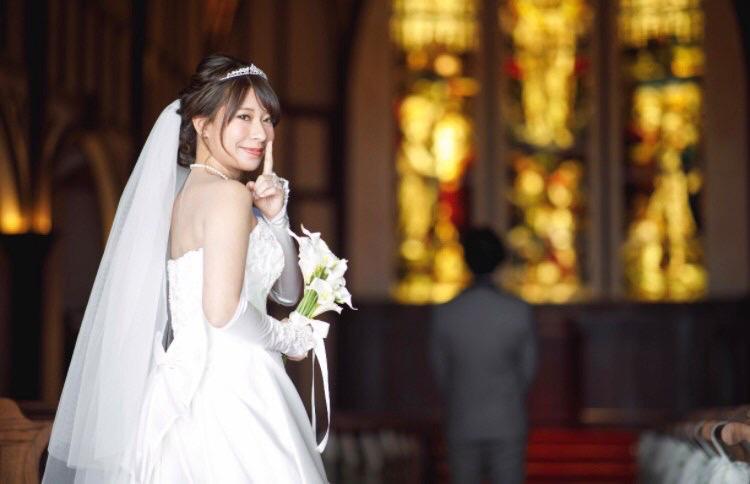 スワロフスキーを使ったオーダーメイドのティアラを着用する花嫁