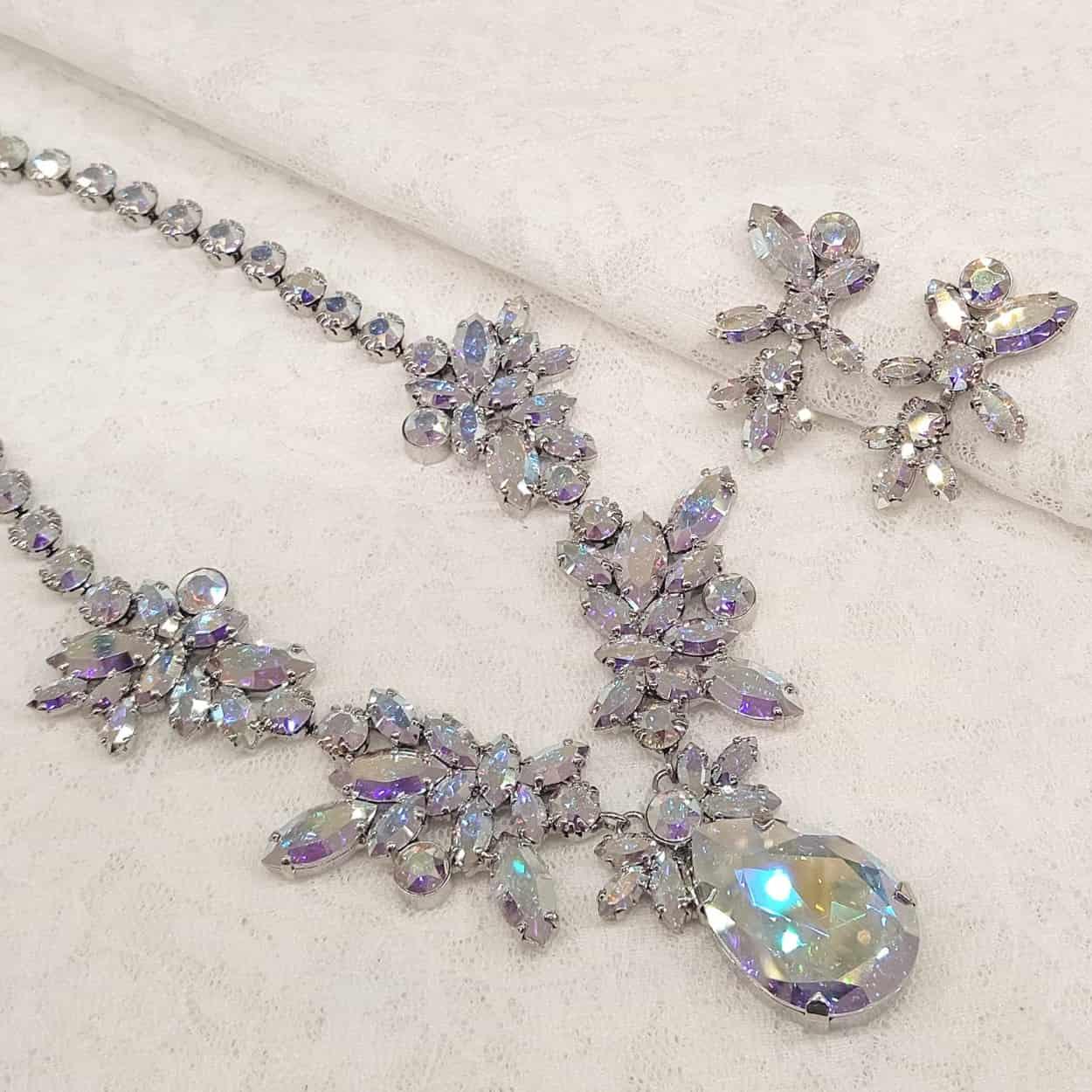 サムシングブルーのウェディング ネックレス。結婚式で青い色に見えるオーロラカラー