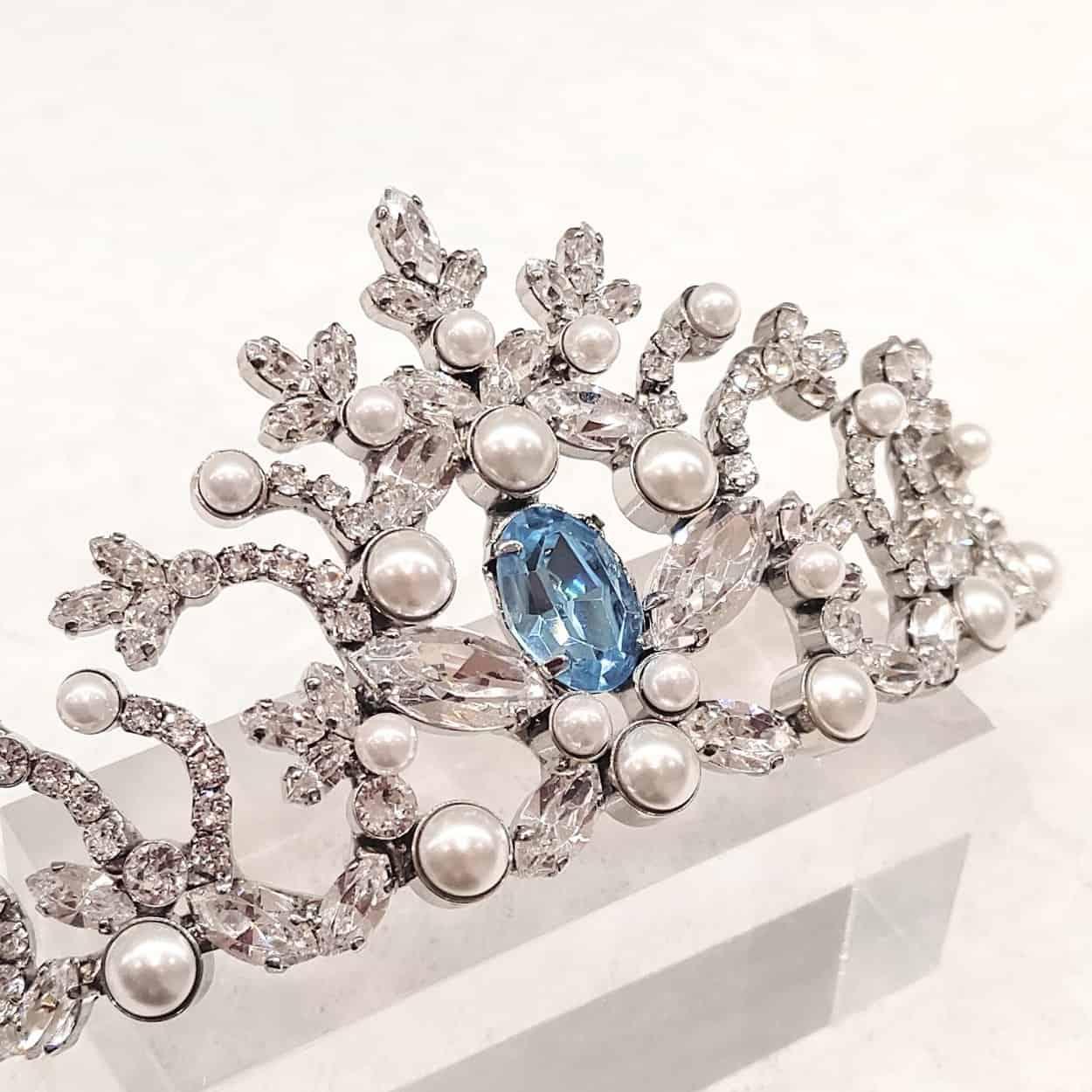 サムシングブルーのウェディング ティアラ。結婚式で青いものを取り入れることが可能