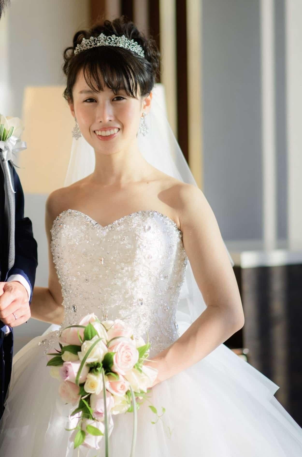 花嫁 髪型 王道のティアラ アップスタイル ウェディングドレス着用