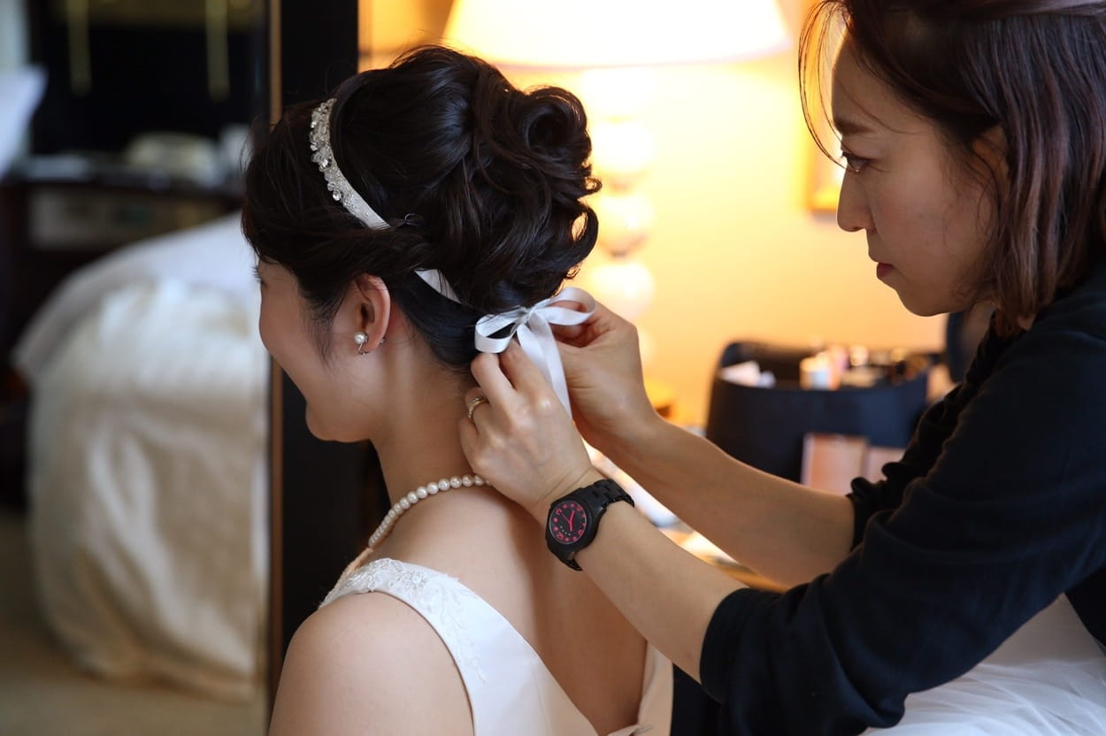 花嫁 髪型 ヘアアクセサリー アップスタイル ウェディングドレス着用