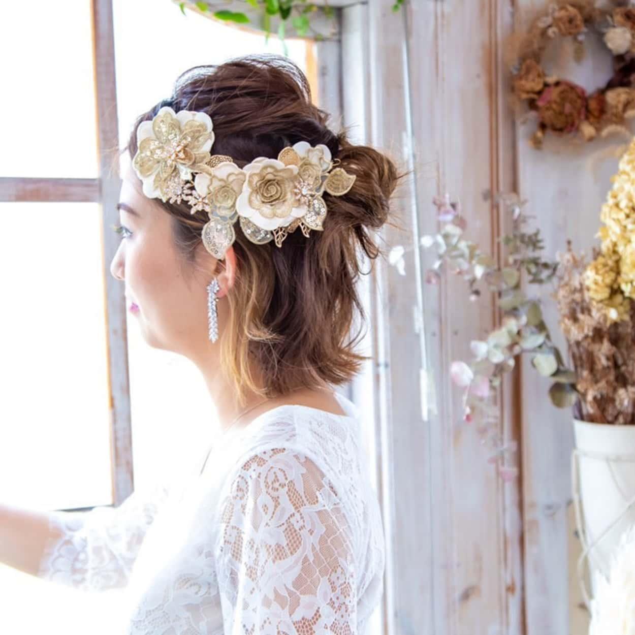 花嫁 髪型 編み込みヘアにヘア アクセサリー ウェディングドレス着用