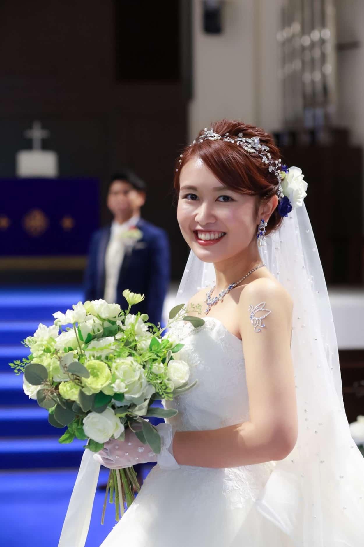花嫁 髪型 アップスタイルにヘア アクセサリー ウェディングドレス着用