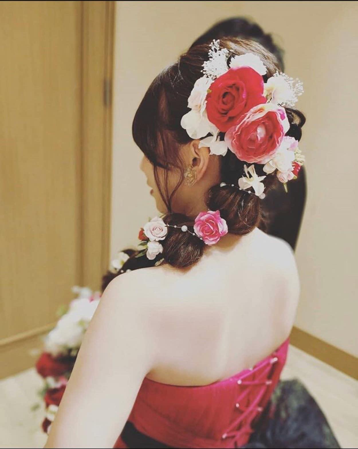 花嫁 髪型 お花 ハーフアップスタイル カラードレス着用