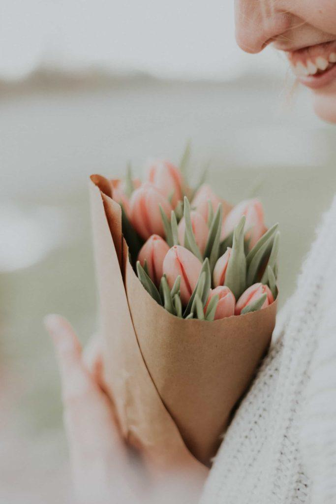 母の日 花束をもらって笑っている画像