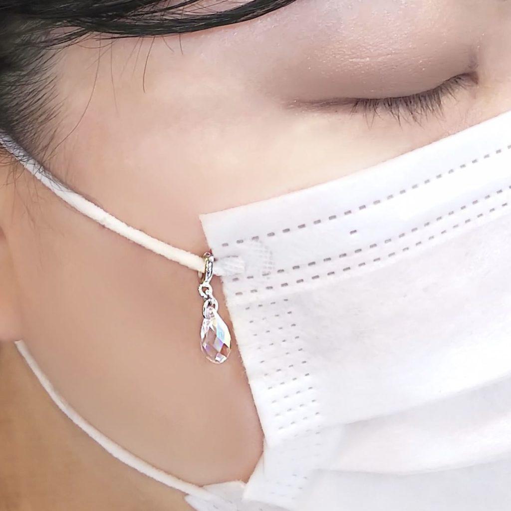 マスク アクセサリー スワロフスキー使用 マスク チャーム かわいいシャンデリア モチーフ 着用画像
