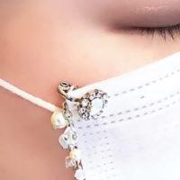 マスク アクセサリー スワロフスキー使用 マスク ピアス かわいいお花デザイン マスク チャーム付き 着用画像