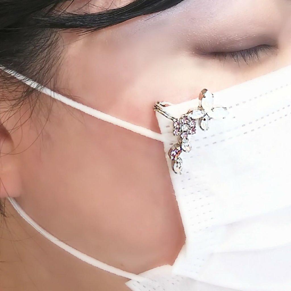 マスク アクセサリー スワロフスキー使用 マスク ピアス かわいいお花とちょうちょのデザイン 着用画像