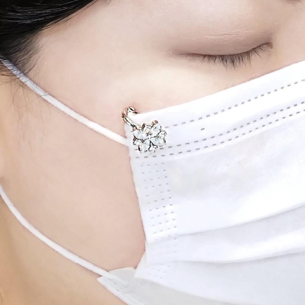 マスク アクセサリー スワロフスキー使用 マスク ピアス かわいいお花デザイン 着用画像
