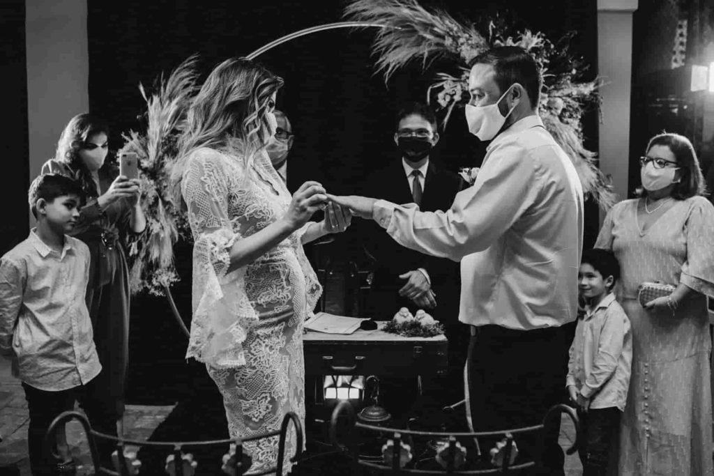 マスクで結婚式をする新郎 新婦